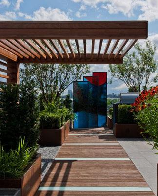 Oryginalne ogrodzenie w Twoim ogrodzie? Pomyśl o drewnianych płotach osłonowych!